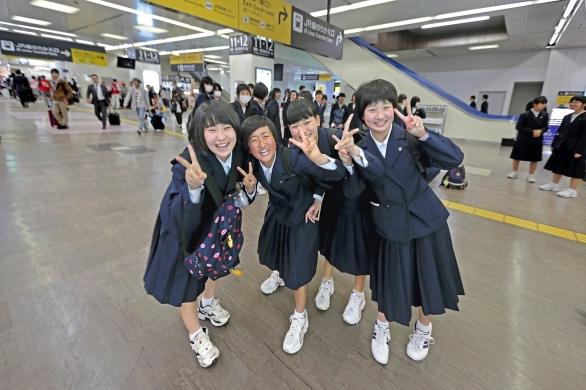 Schoolgirls in transit Ipad