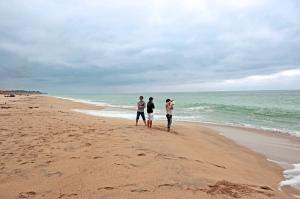 Three latinios looking at the ocean