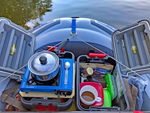 Le coin cuisine à l'avant du bateau