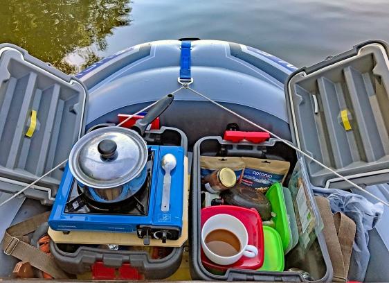 Le coin cuisine à l'avant du bateau réduit